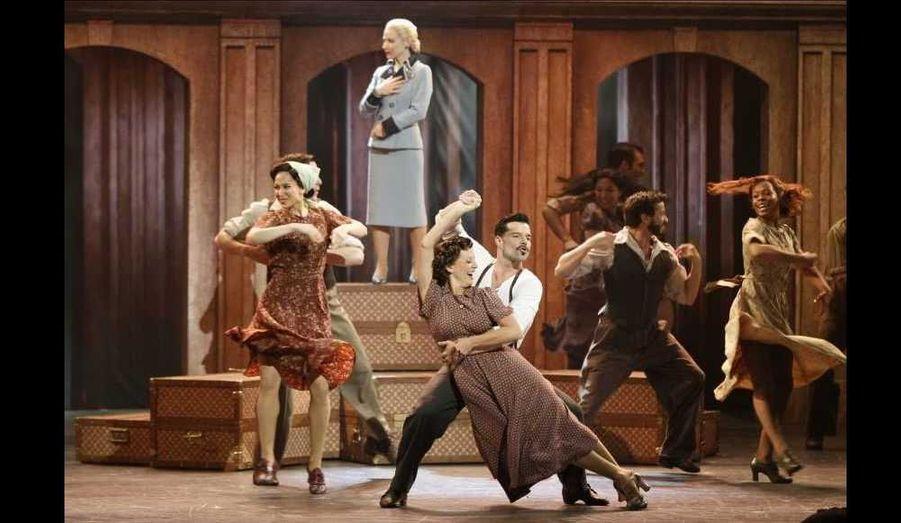 """L'actrice Elena Roger (en haut) et le chanteur Ricky Martin (en blanc) en plein show avec le casting de """"Evita""""."""