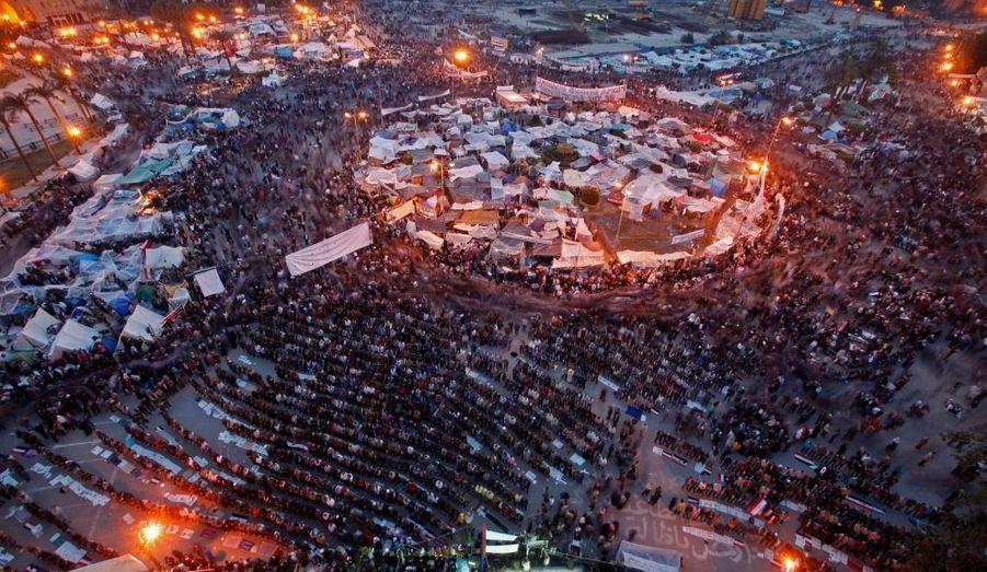 On mange, on prie, on vit sous les tentes, place Tahrir. Et l'opposition, formés de gens venus de tous les horizons de la société égyptienne, continue de cohabiter.