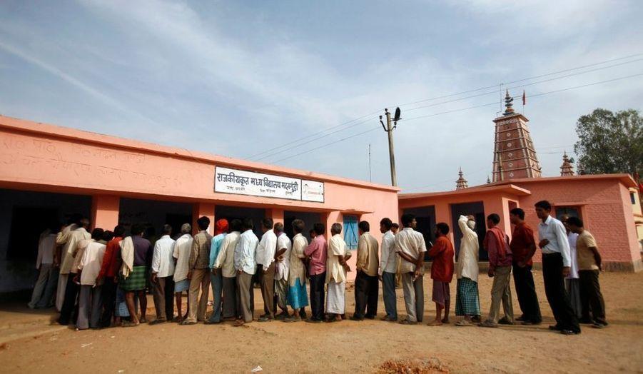 Des centaines de milliers d'Indiens ont commencé à voter pour les élections législatives qui vont s'étaler jusqu'au 16 dans la plus grande démocratie du monde avec son milliard d'habitants (714 millions d'électeurs). Des élections qui débutent sous haute tension, alors que des violences émaillent déjà le scrutin. Ce matin, des rebelles maoïstes ont tué dans l'est de l'Inde deux civils et neuf paramilitaires déployés pour assurer la sécurité. Selon les observateurs, il ne devrait pas se dégager de majorité claire ni pour la majorité sortante, le Parti du Congrès du Premier ministre Manmohan Singh, ni pour la principale formation d'opposition, le Bharatiya Janata Party (BJP) de L.K. Advani.
