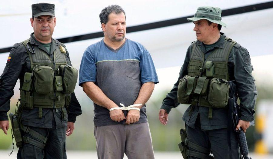"""""""Don Mario"""", le baron de la drogue le plus recherché de Colombie, a été arrêté mercredi par la police. Le caïd, âgé de 43 ans, a été capturé seul, mangeant du riz avec ses mains, caché sous un palmier dans la jungle de la province septentrionale d'Antioquia, a déclaré le ministre de la Défense Juan Manuel Santos. Don Mario est accusé d'avoir acheminé une centaine de tonnes de drogue de la côte caraïbe colombienne aux Etats-Unis. Santos l'a jugé responsable de quelque 3000 meurtres. De son vrai nom Daniel Rendon Herrera, cet ancien membre des milices paramilitaires avait offert cette année à ses hommes de main une prime de 1 000 dollars pour tout policier tué."""