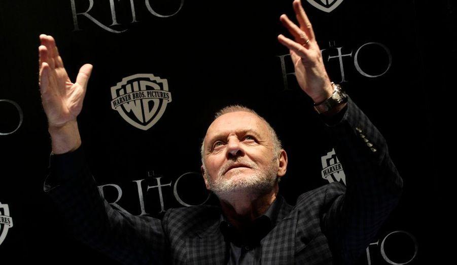 L'acteur britannique Anthony Hopkins foule le tapis rouge de la première de son film «The Rite» à Mexico et salue les fans venus en grand nombre.