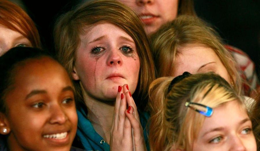 Des jeunes filles attendent impatiemment l'arrivée du chanteur canadien Justin Bieber pour la première de son film «Never Say Never» à Londres.