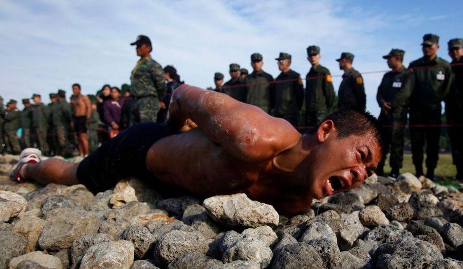 """Ce stagiaire rampe sur 50 mètres de rochers et de coraux. Il s'agit d'un test pour intégrer la """"Taiwan Marin Corps"""". Cet exercice, appelé """"Road to Heaven"""", est la dernière étape de sa semaine de stage intensif."""