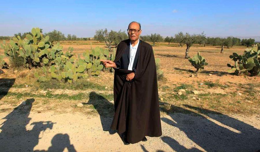 L'opposant historique Moncef Marzouki, rentré mardi de son exil français, s'est rendu dans la journée sur la tombe de Mohamed Bouazizi, le jeune chômeur diplômé qui s'est immolé par le feu à Sidi Bouzid, déclenchant le début des émeutes qui ont fait tomber le président Ben Ali. Le gouvernement transitoire tunisien a annoncé mercredi la libération de tous les prisonniers politiques de Tunisie, y compris les islamistes.