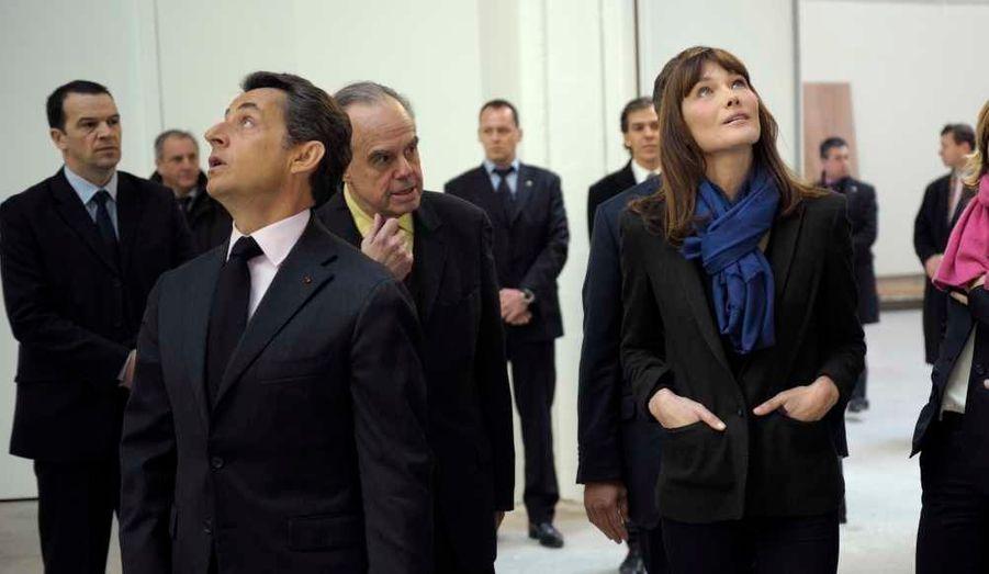 Nicolas Sarkozy, Carla Bruni-Sarkozy et ministre de la Culture Frédéric Mitterrand ont visité mercredi le chantier de rénovation des galeries dans le hall d'exposition du Grand Palais à Paris.