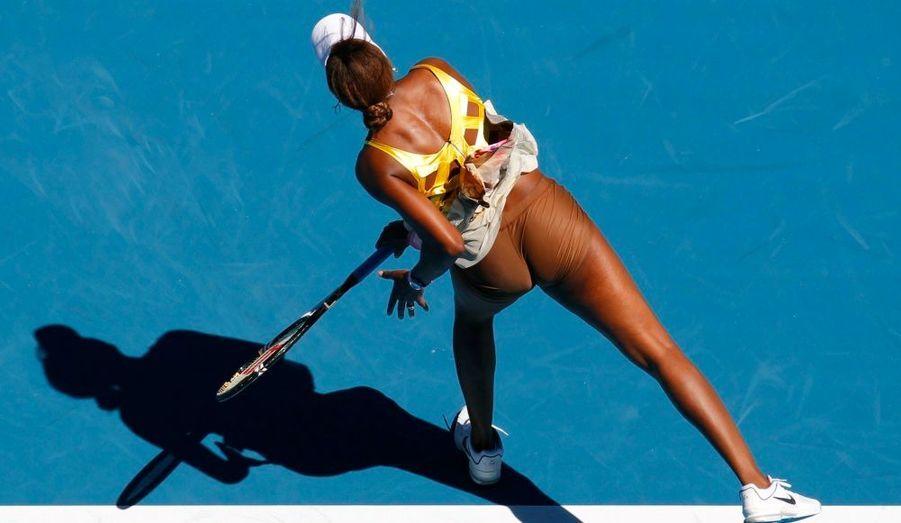 L'Américaine Venus Williams sert contre la Tchèque Sandra Zahlavova lors de leur match à l'Open de tennis d'Australie, à Melbourne.