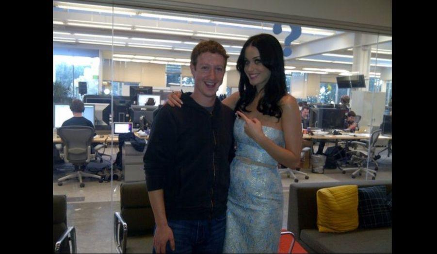 Katy Perry a rencontré Mark Zuckerberg au siège de l'entreprise Facebook, en Californie. A cette occasion, la chanteuse a dévoilé en exclusivité sur le réseau social les prochaines dates de sa tournée.