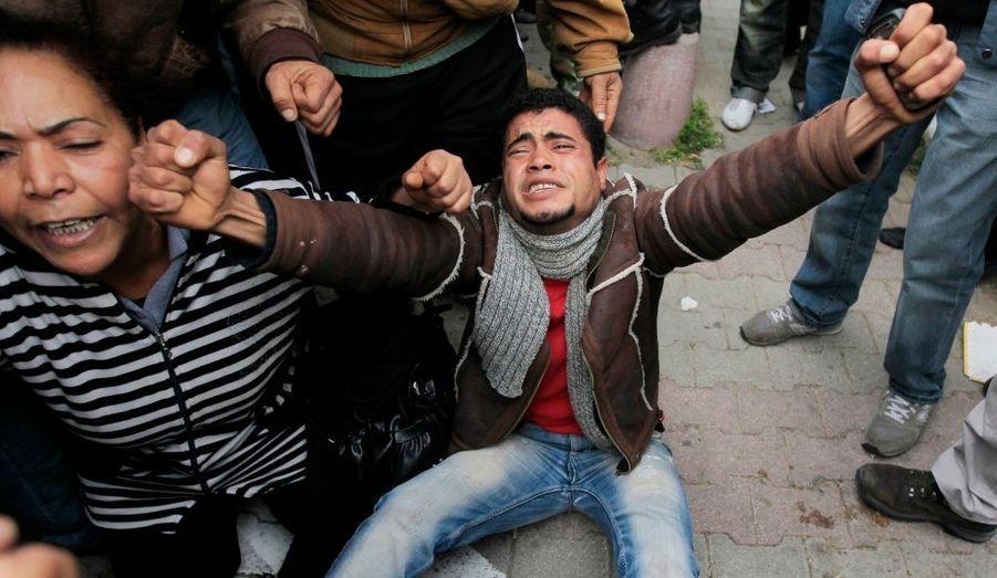 """Un manifestant tunisien, devant le siège du Rassemblement constitutionnel démocratique (RCD), à Tunis. """"Il a été décidé de restituer à l'Etat tous les biens mobiliers et immobiliers du Rassemblement constitutionnel démocratique"""", a déclaré mercredi Taieb Baccouche, lisant le communiqué du conseil des ministres."""
