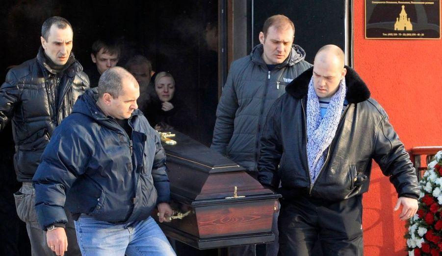 Des hommes portent le cerceuil de Vakhtang Lomdaridze, un chauffeur de taxi tué par l'explosion d'une bombe à l'aéroport Domodedovo, dans un cimetière de Moscou.