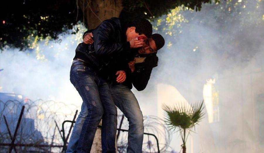 Un homme sort blessé des affrontements entre la police et les manifestants dans la vieille ville de Tunis.