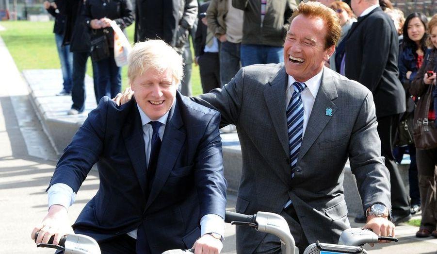 Le maire de Londres, Boris Johnson, et l'ancien gouverneur de Californie, Arnold Schwarzenegger, ont visité la ville de Londres à bicyclette. Londres a imité Paris en mettant en place un système de location de cycles.
