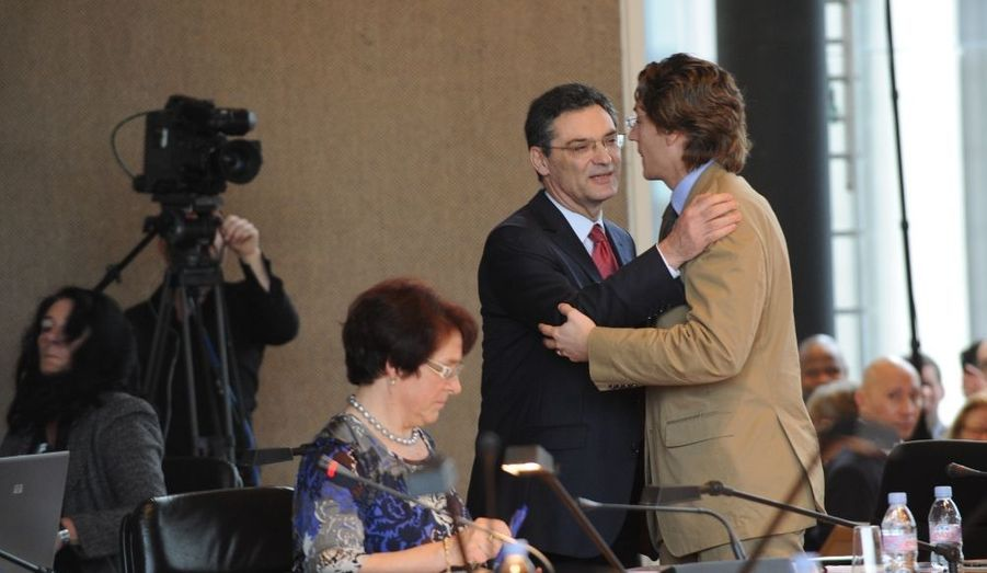 Jean Sarkozy félicite Patrick Devedjian, qui a conservé son poste de président du Conseil général des Hauts-de-Seine ce jeudi.