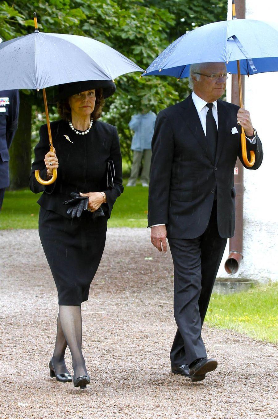 La reine Silvia et le roi Carl XVI Gustaf de Suède aux obsèques de la comtesse Alice Trolle-Wachtmeister à Trolle-Ljungby, le 12 juillet 2017