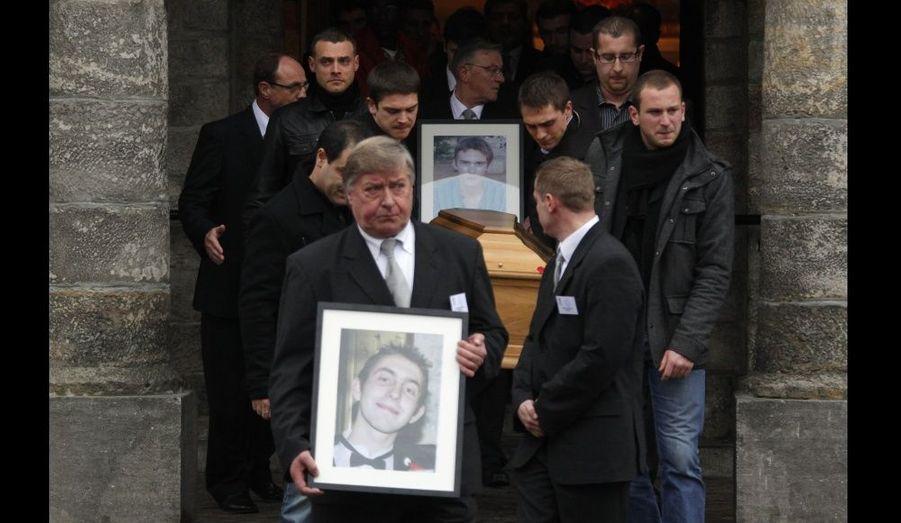 Les obsèques des deux otages enlevés au Niger ont lieu aujourd'hui dans la ville dont ils étaient originaires, Linselles (Nord). Proches, inconnus et personnalités ont tenu à faire le déplacement pour un dernier hommage à Antoine de Léocour et Vincent Delory.