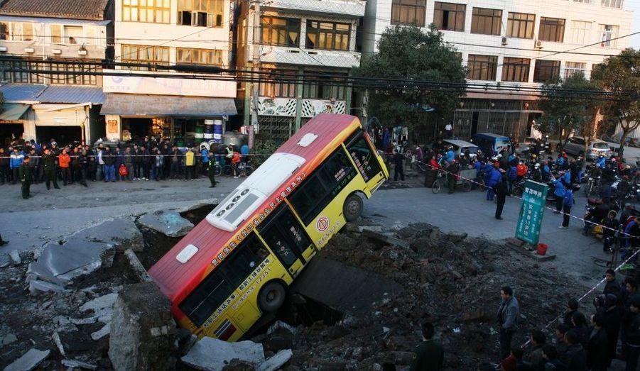 Un bus dans une fosse creusée par une explosion souterraine à Rui'an, la province du Zhejiang, en Chine. Le chauffeur de l'autobus a été blessé, ainsi qu'un petit garçon de 6 ans, rapporte l'agence de presse Xinhua News. Une enquête a été ouverte pour déterminer les causes de l'explosion.