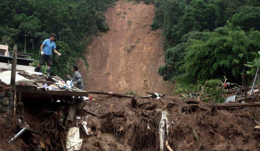 Six jours après les inondations meurtrières au Brésil, le bilan continue de s'alourdir. La pluie a fait son retour, empêchant les secours d'avancer dans les endroits les plus reculés de la région de Serrana, non loin de Rio de Janeiro.