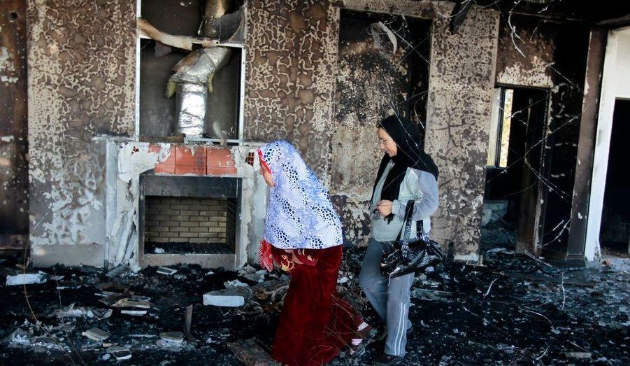 Deux femme visitent la maison vide et saccagée de Kaif Ben Ali, neveu de l'ancien président Zine al-Abidine Ben Ali, à Hammamet.