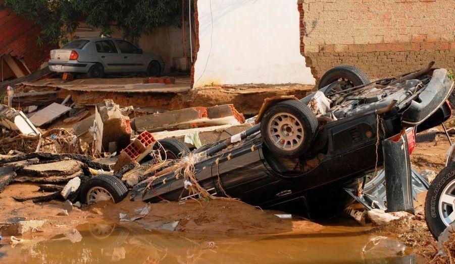 Une voiture endommagée par les inondations à Jeddah, en Arabie Saoudite. Vendredi dernier, des dizaines de manifestants se sont réunis dans le centre de la ville portuaire, pour dénoncer les insuffisances des infrastructures, après les fortes pluies qui se sont abattues sur la région. D'après le dernier bilan communiqué par les autorités locales, au moins quatre personnes auraient péri dans ces intempéries.
