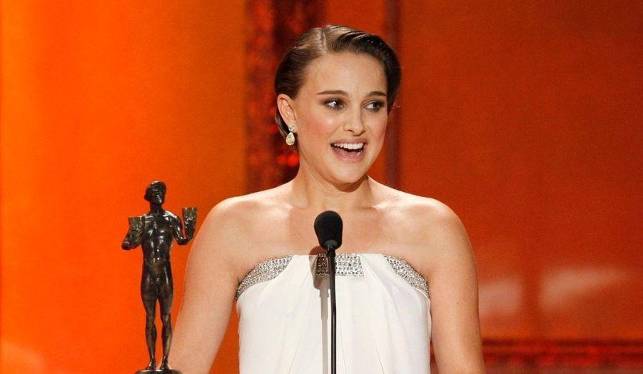 Natalie Portman a remporté hier le SAG Award de la meilleure actrice de l'année pour son rôle dans Black Swan de Darren Aronofsky. Enceinte jusqu'aux yeux, elle a remercié ses parents... et son amoureux, le Français Benjamin Millepied.