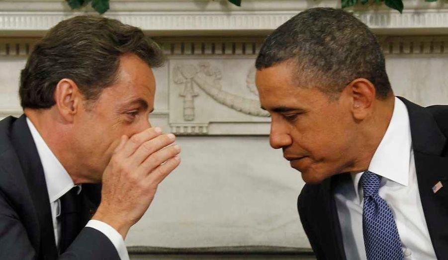 Nicolas Sarkozy chuchote quelque chose à l'oreille de Barack Obama lors d'une rencontre dans le bureau ovale à Washington. Le président français a évoqué avec son homologue américain leur coopération dans le cadre de sa présidence du G20.