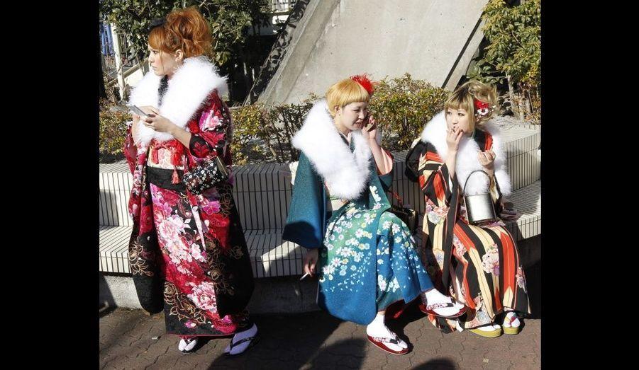 Ces jeunes femmes japonaises en kimono fument des cigarettes lors de leur Coming of Age Day, à Tokyo. Cet évènement est fêté chaque année, le deuxième lundi du mois de janvier, et félicite tous ceux qui ont atteint l'âge de 20 ans. Selon un rapport local, environ 1 240 000 hommes et femmes qui sont nés en 1990 ont atteint cet âge, c'est là le plus petit score depuis 1968, dans un des plus vieux pays du monde.
