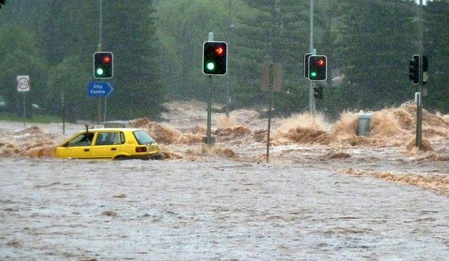 Une voiture, emportée par les eaux sur une route de Toowoomba, en Australie. Mardi, Brisbane et sa périphérie ont été évacués par les autorités. Les inondations sur le nord-est du pays ont fait 9 morts et 66 disparus depuis lundi, selon le bilan annoncé mardi par le Premier ministre de l'Etat du Queensland, Anna Bligh. Une vingtaine de personnes auraient péri depuis le début des intempéries le mois dernier.