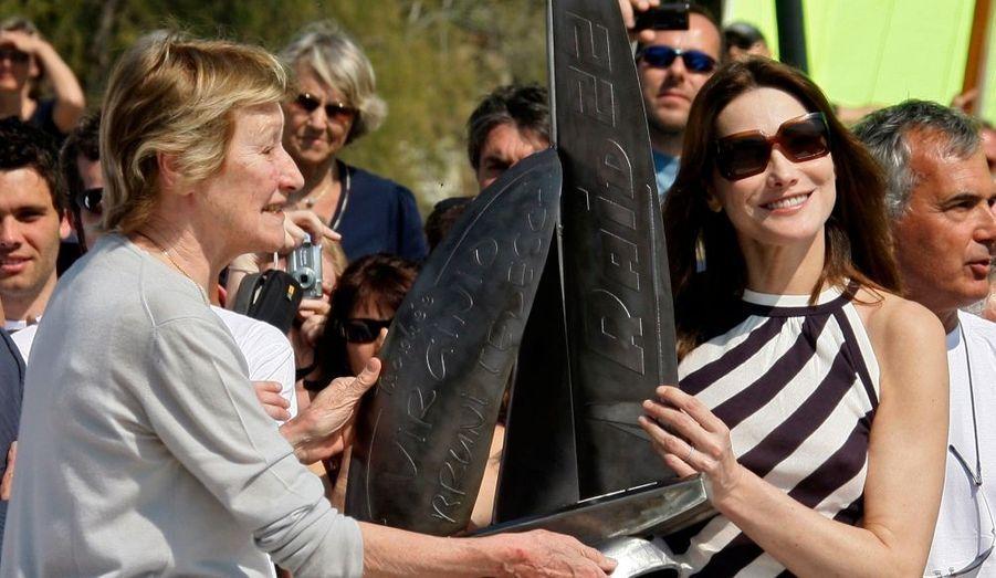 Samedi, Marisa Borini avait donné le coup d'envoi de la première édition du trophée Virginio Bruni-Tedeschi, organisée en mémoire de son fils décédé en 2006. Hier, elle était aux côtés de sa fille Carla et de Nicolas Sarkozy pour la remise des prix à Cavalière, dans le Lavandou. Après deux jours de compétition, composée de neuf manches, les catamarans Raid 22 (6,80 m) ont en effet terminé la course dans la journée.