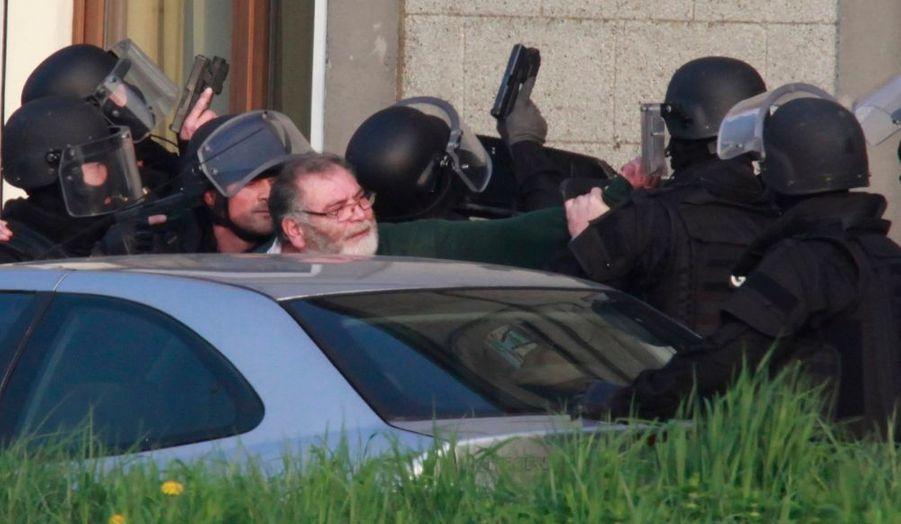 Lundi, un homme avait ouvert le feu sur les passants à Douchy-les-Mines (Nord), abattant deux personnes, un jeune couple qui se rendait chez ses voisins. Une autre personne aurait été touchée dans la fusillade. Le forcené, âgé de 65 ans, s'est retranché chez lui jusqu'à ce que les forces d'intervention du GIPN (Groupe d'intervention de la police) réussisse à l'interpeller quelques heures plus tard. L'homme s'est rendu sans résistance. Il ne s'est en revanche toujours pas expliqué sur les raisons de son acte.