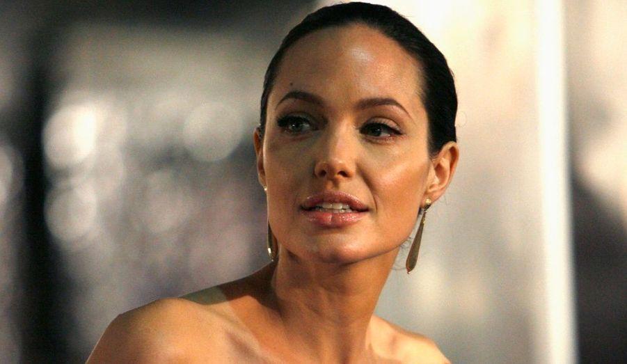 Après avoir été élue 'Maman la plus sexy d'Hollywood' par un sondage réalisé par le portail d'information MSN, Angelina Jolie a carrément été élue Femme la plus belle du monde par Vanity Fair, loin devant le top model brésilien Gisele Bündchen, qui arrive à la deuxième place, et l'actrice sud-africaine Halle Berry (numéro 3). Elles ont en effet respectivement obtenu 58%, 9% et 4%.