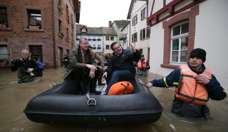Le ministre président Stefan Mappus (à droite) accompagne le maire de Wertheim Stefan Mikulicz pour constater les dégâts causés par les inondations dans la ville, située à une centaine de kilomètres de Francfort, en Allemagne.