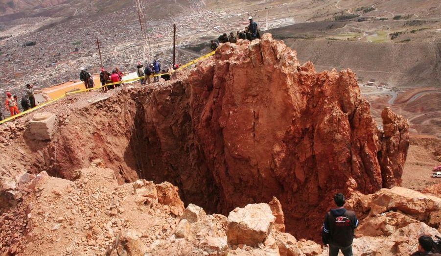 Le Cerro Rico, sommet andin culminant à 4 782 m d'altitude, en Bolivie. Les pluies torrentielles qui se sont abattues sur la région de Potosí ont creusé à flanc de montagne un cratère de 17 mètres de diamètre et de 22 mètres de profondeur.