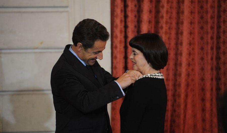 La chanteuse Mireille Mathieu a été élevée au grade d'officier de la Légion d'honneur, mercredi à l'Elysée. C'est Nicolas Sarkozy lui-même qui a remis la Légion d'honneur à la demoiselle d'Avignon.