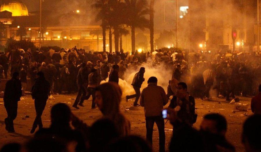 Plusieurs milliers de personnes s'étaient rassemblées sur la place Tahir, au Caire, dans la nuit de mardi à mercredi. La police égyptienne a dispersé les manifestants avec des tirs de gaz lacrymogènes.