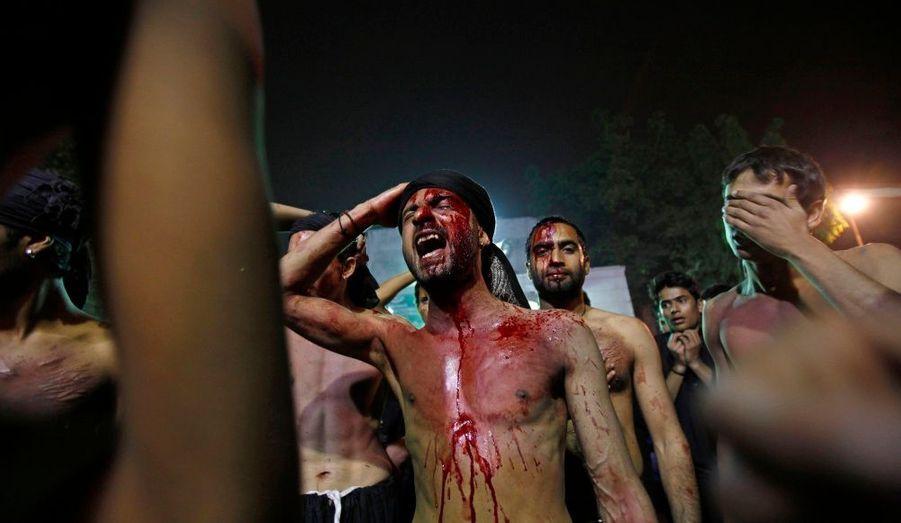 Des musulmans chiites chantent après les prières et les auto flagellations de la cérémonie de l'Arbaïn, deuil religieux commémorant la mort du petit-fils de Mahomet en 680.