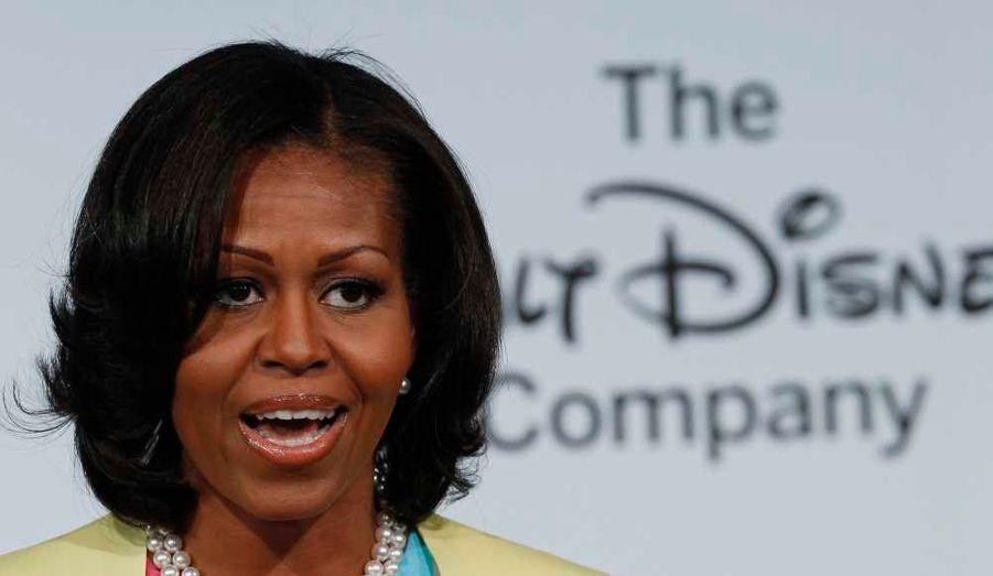 """Le groupe Walt Disney a annoncé mardi, en présence de la First Lady Michelle Obama, très engagée contre l'obésité infantile, son souhait de s'engager dans cette lutte. """"Tout aliment ou boisson qui fait l'objet de publicités, est parrainé ou promu sur Disney Channel, Disney XD, Disney Junior, Radio Disney et les sites internet Disney, devra être conforme d'ici 2015"""" à de nouvelles directives incitant à une nourriture plus saine, indique un communiqué."""