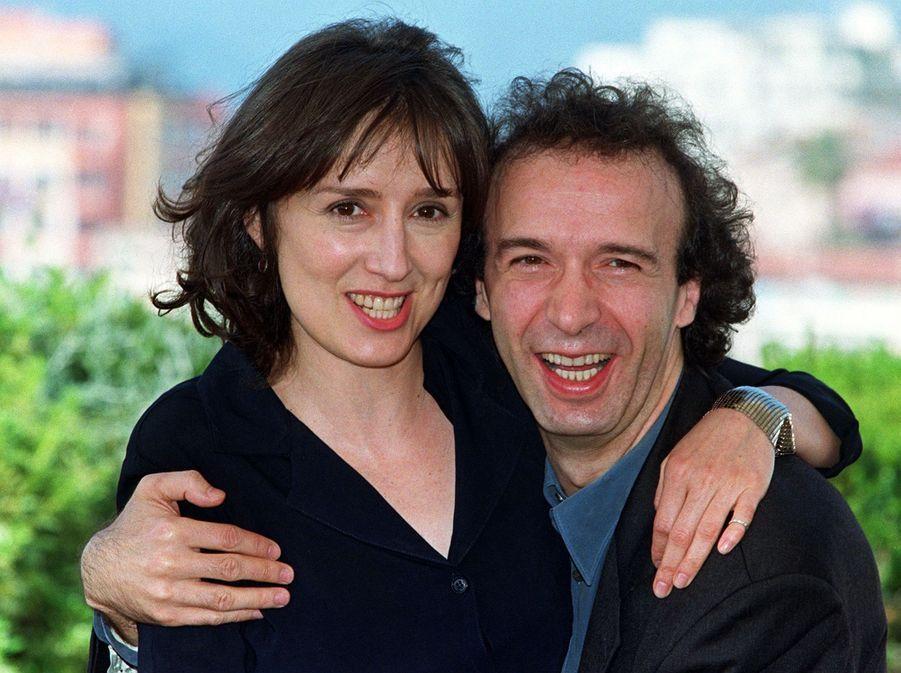 Le réalisateur italien Roberto Benigni et l'actrice italienne Nicoletta Braschi, mariés depuis 1991, ont collaboré plusieurs fois ensemble. Le cinéaste l'a entre autres dirigée dans ses films «Tu me troubles», «Le Petit Diable», «Johnny Stecchino» mais aussi l'inoubliable «La vie est belle».