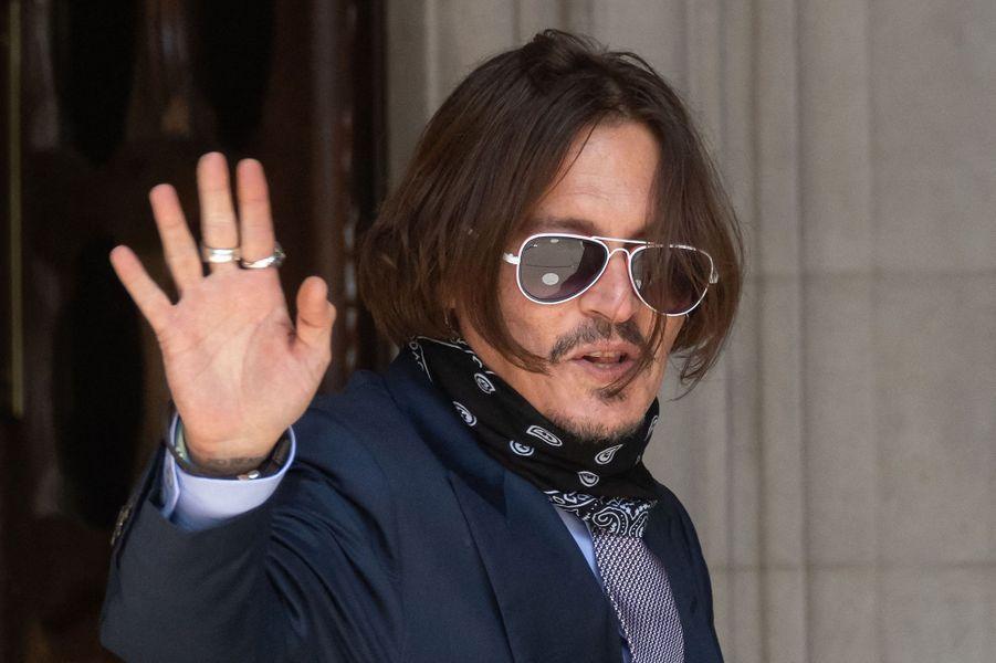 Décrit comme un «frappeur de femme» dans un article du tabloïd «The Sun» lors de son divorce avec Amber Heard, Johnny Depp a pris la décision de poursuivre la publication en diffamation. Une affaire qu'il a perdue en novembre au terme d'un procès retentissant. Sa carrière à Hollywood en a déjà pris un coup, ayant été prié de quitter la franchise «Les Animaux fantastiques».