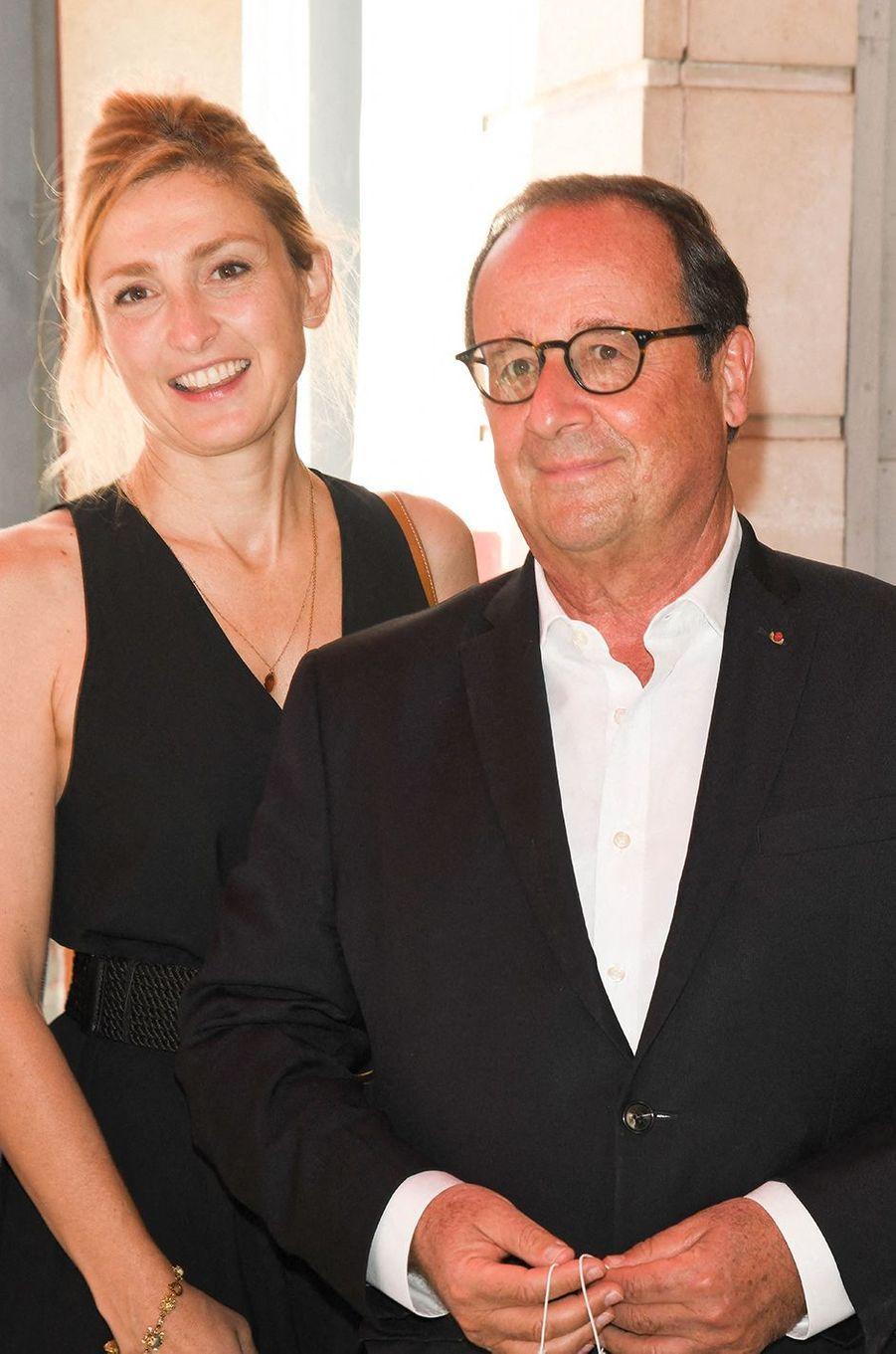 En novembre 2020, le couple de Julie Gayet et François Hollande a été au coeur de rumeurs d'infidélités après que l'ancien président a été photographié lors d'une promenade au côté d'une danseuse. Les photos volées sont parues dans un magazine people. Une «affaire» infondée. L'actrice et l'ex-chef d'Etat sont toujours aussi amoureux.