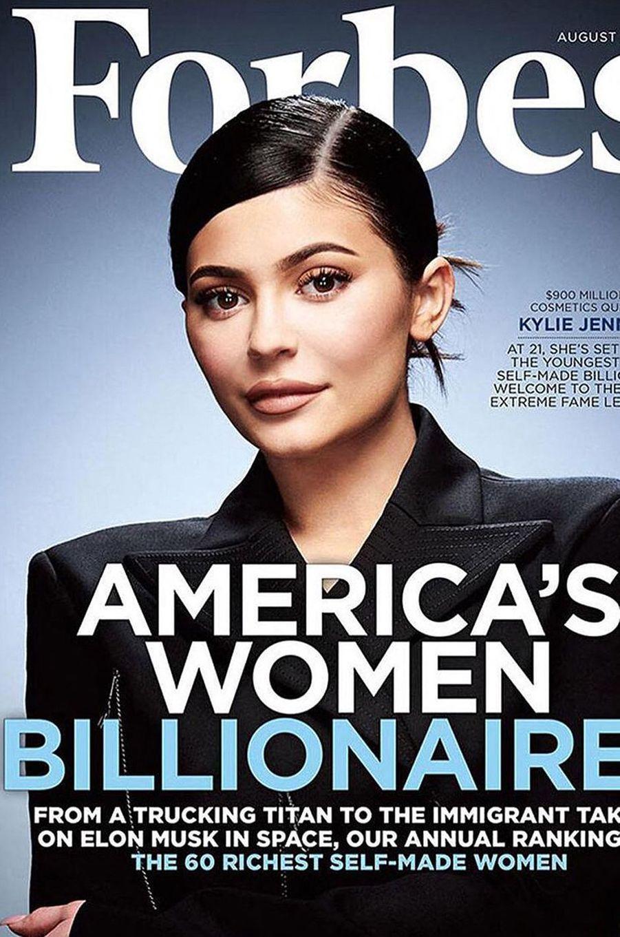 En mai 2020, le magazine «Forbes» avait publié un article pour révéler que Kylie Jenner, sacrée l'année précédente «plus jeune milliardaire au monde s'étant construite seule», avait menti pour grossir sa fortune. Son titre lui a ainsi été retiré.