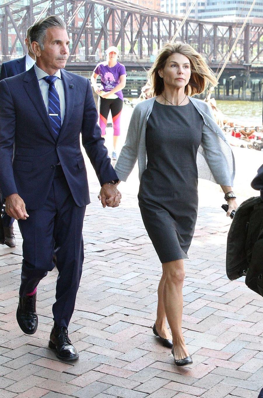 En août 2020, Lori Loughlin et son mari Mossimo Giannulli ont été respectivement condamnés à deux mois et cinq mois de prison pour avoir versé 500 000 dollars de pots-de-vin afin d'acheter l'entrée de leurs filles dans une prestigieuse université californienne. L'actrice est rentrée en prison le 30 octobre 2020 pour purger sa peine.