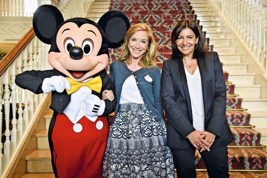 Catherine Powell, présidente du groupe euro Disney, Anne Hidalgo, maire de Paris, avec la plus indémodable des stars, le 12 juillet 2016.