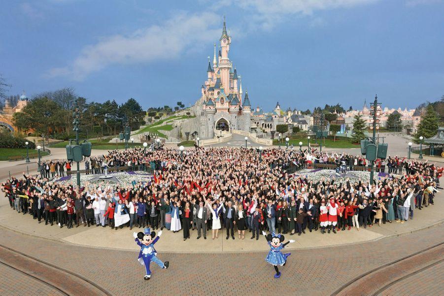 Derrière Mickey et Minnie, Catherine Powell (devant, en tailleur blanc), présidente d'Euro Disney, et un millier de salariés, mercredi 15 mars.