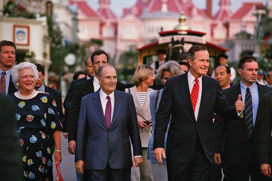 François Mitterrand et George Bush, ex-président des Etats-Unis, venu à Euro Disney avec ses petits-enfants en 1994.