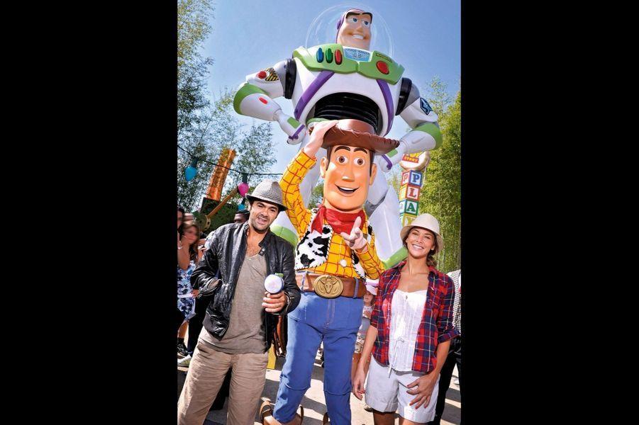 Jamel Debbouze et Mélissa Theuriau craquent pour Woody le cowboy et Buzz l'Eclair lors de l'inauguration de Toy Story Playland, en septembre 2010.