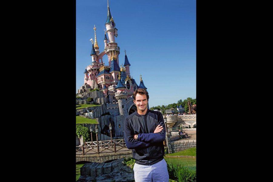 Roger Federer retrouve le sourire après son élimination de Roland-Garros, en juin 2015.