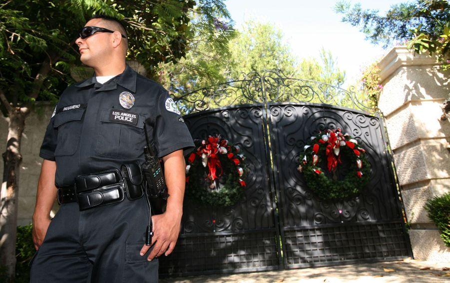 Un officier de police se tient devant le domicile de Michael Jackson le 25 juin 2009