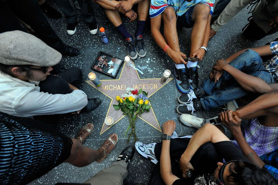 Des fans se recueillent devant l'étoile de Michael Jackson sur Hollywood Boulevard le 25 juin 2009