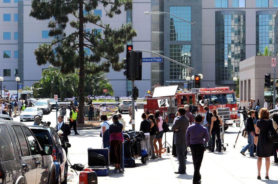 Des équipes et des caméras de télévision rassemblés devant l'hôpitalRonald Reagan UCLA Medical Center à Los Angeles le 25 juin 2009