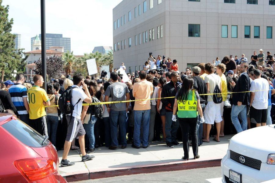 Des fans rassemblés devant l'hôpital Ronald Reagan UCLA Medical Center à Los Angeles le 25 juin 2009