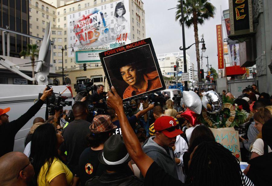Des fans rassemblés sur Hollywood Boulevard après la mort de Michael Jacksonà Los Angeles le 25 juin 2009